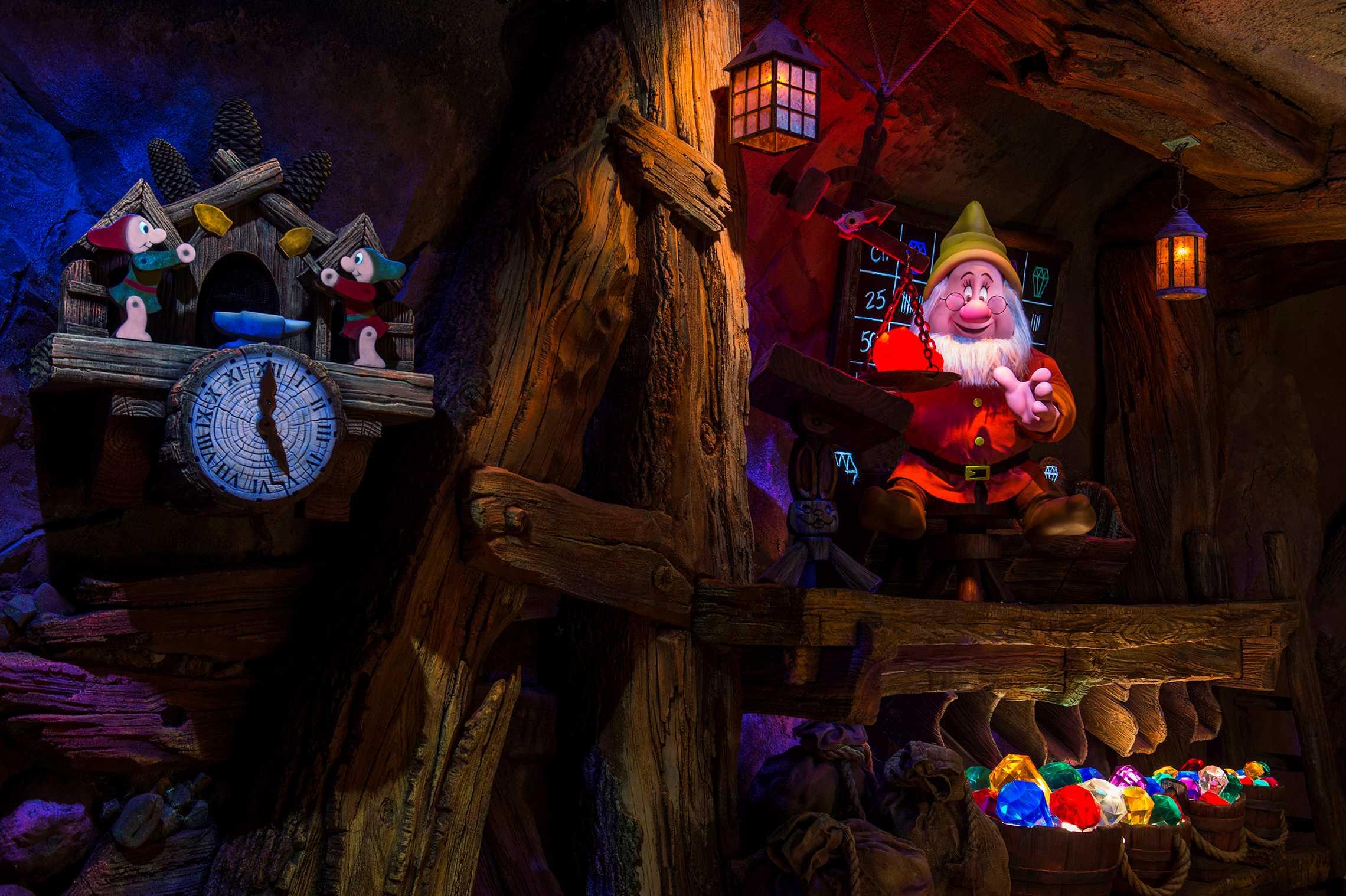 Seven Dwarfs Mine Train show scene