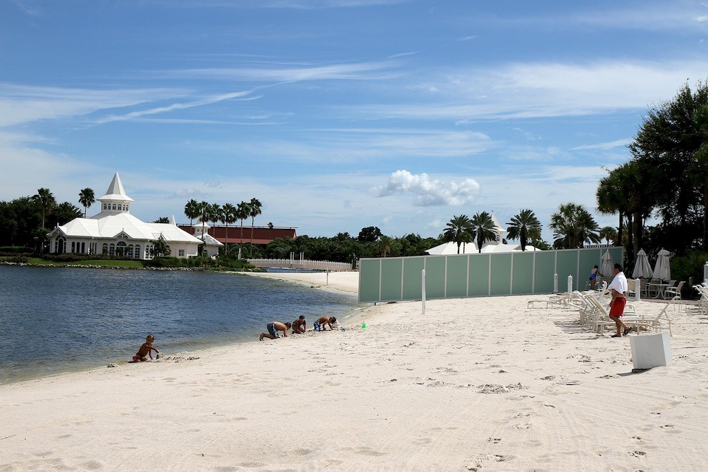 Construction walls move to the beach
