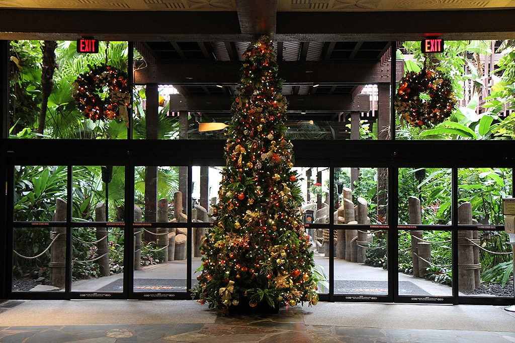 Disney's Polynesian Resort holiday decorations 2009